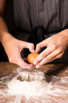 Крупным планом лицо, занимающее яйцо