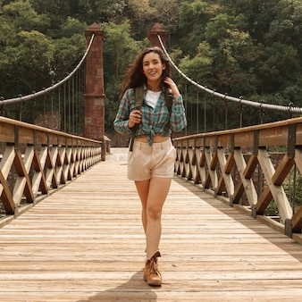 世界を探索する正面の若い女性