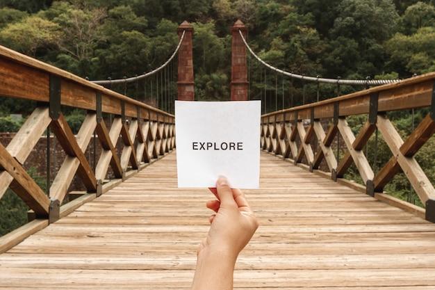 Вид спереди изучить сообщение на листе бумаги