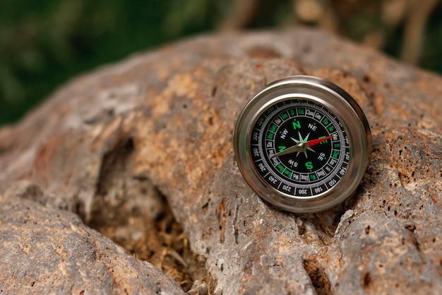 Высокий угол компас путешественника на скалах