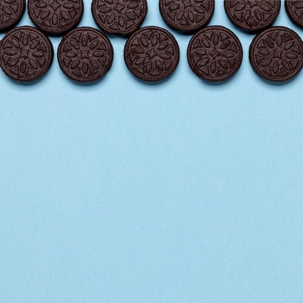 Концепция дизайна печенья на синем фоне