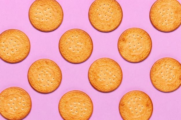 Концепция дизайна печенья на розовом фоне