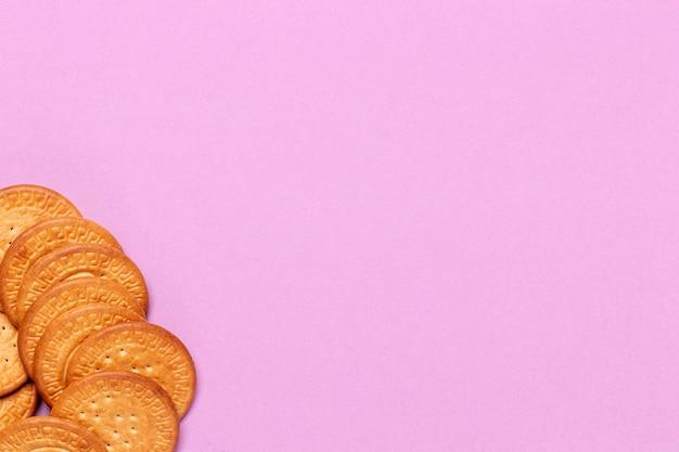 コーナーとコピースペースピンクの背景のクッキー