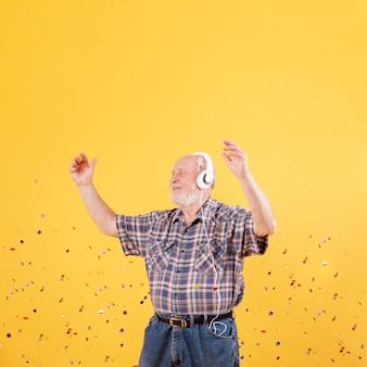 Старший слушает музыку и танцы
