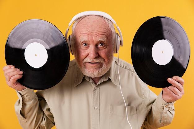興奮したシニアの自宅で音楽を聴く