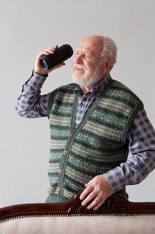 正面の老人男性の音楽を聴く