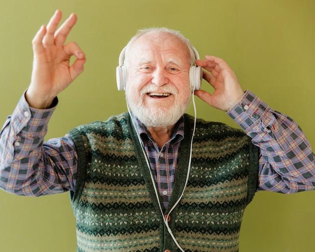 幸せなシニアリスニング音楽