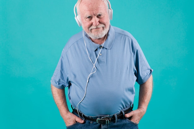 ヘッドフォンで高角度の年配の男性