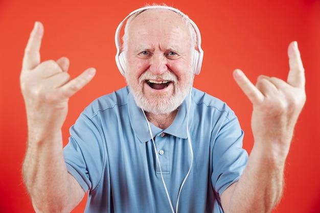 Высокий угол старший, наслаждаясь музыкой