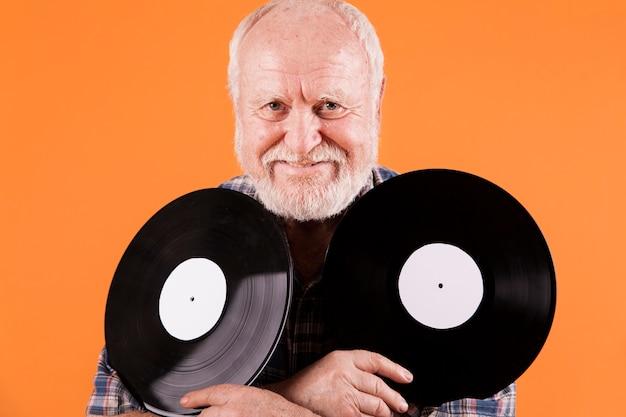 音楽レコードを持つフロントビュー長老