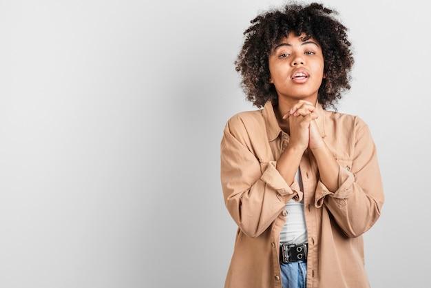 Вид спереди красивой афроамериканской женщины