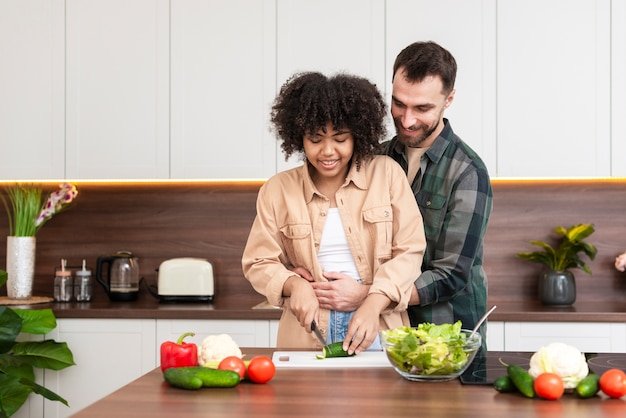 美しい女性の料理を抱きしめる男