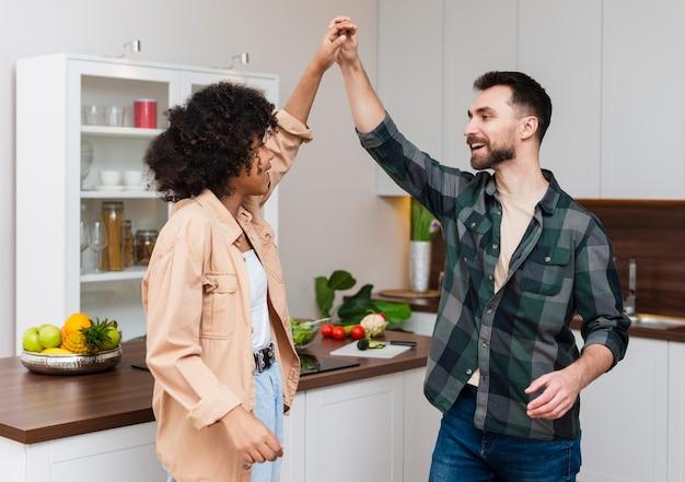 男と女のキッチンで手をつないで