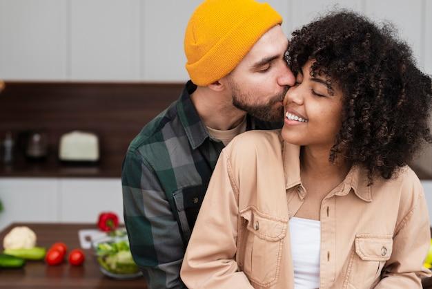 流行に敏感な男が美しい女性にキス