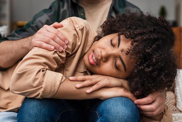男に抱かれ眠っている笑顔の女性
