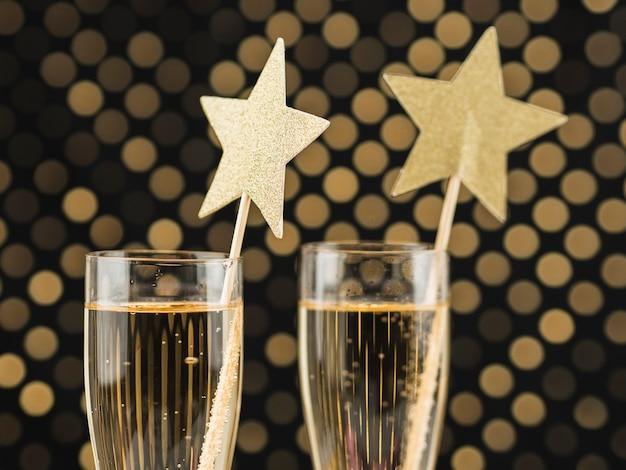 Крупный план бокалов для шампанского с золотыми звездами