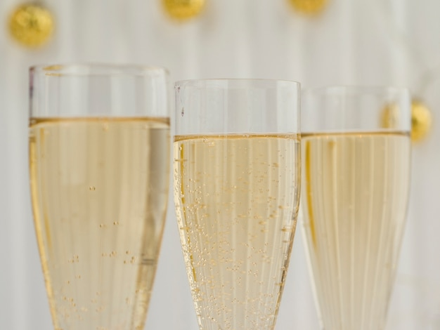 Крупный план газированных бокалов для шампанского