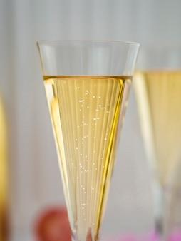 Крупный план игристого шампанского в бокале