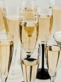 Большой угол наполненных прозрачных бокалов для шампанского