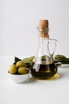 Макро бутылка органического оливкового масла и оливок