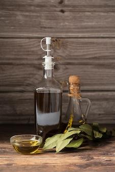 Бутылка органического оливкового масла на столе