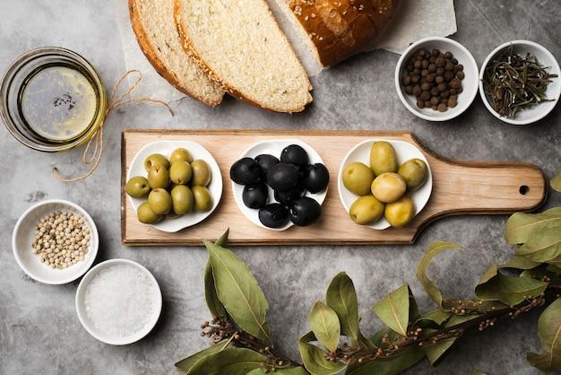 テーブルの上の新鮮な前菜とパンのトップビュー