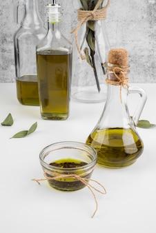 Смесь свежего оливкового масла на столе