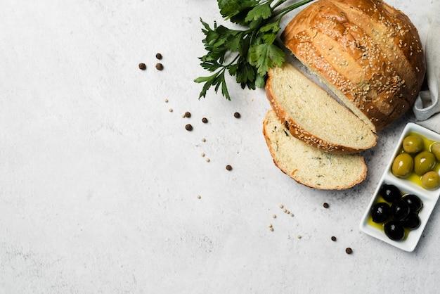 Домашний хлеб и оливки с копией пространства