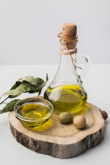 Макро бутылка оливкового масла и оливок