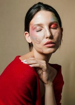 目を閉じてポーズ塗装面を持つ女性