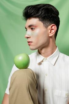 膝にリンゴを抱きかかえた