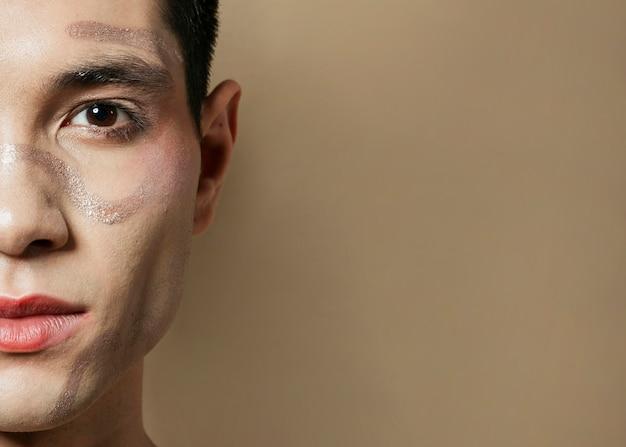 ペイントで半分の男の顔のクローズアップ