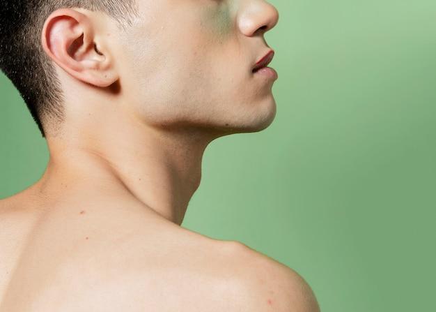男の裸の肩の側面図