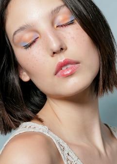 Созерцательная женщина позирует с закрытыми глазами