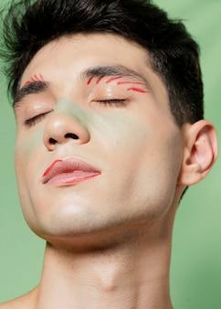 男の顔に芸術的な痛みのクローズアップ