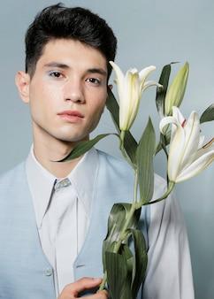 Мужской костюм позирует с лилиями