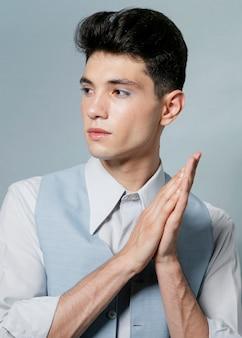 スタジオでポーズをとる男性モデル