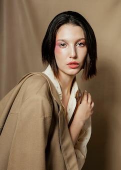 美しい女性モデルのミディアムショット