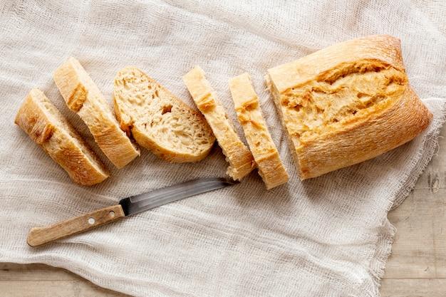 Вид сверху нарезанный хлеб и нож