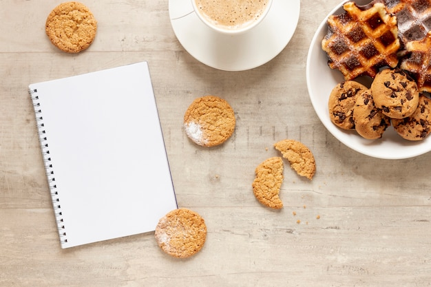 ノートブックのクッキーとコーヒー
