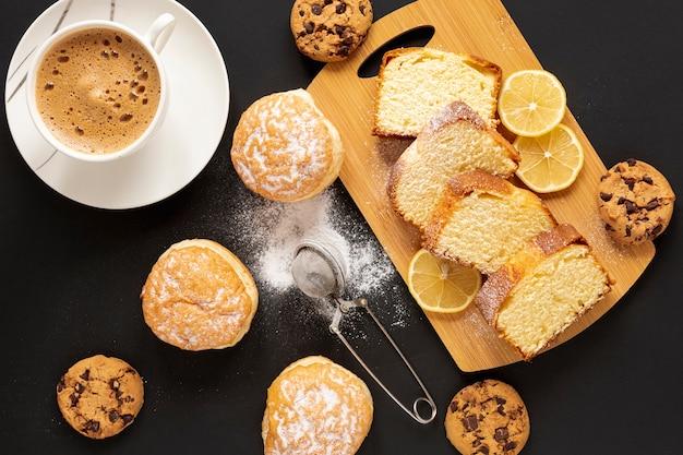 Вид сверху сладости и чашка кофе