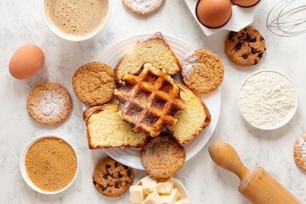 Вид сверху вафли и печенье