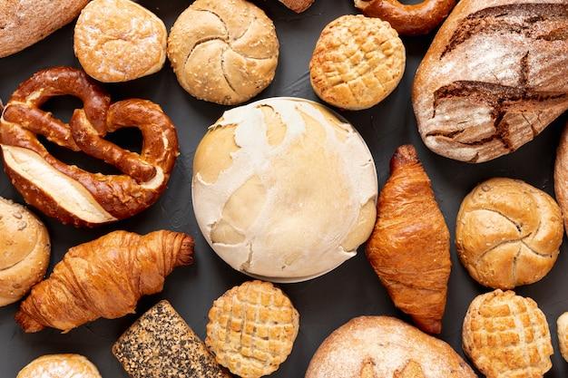 Вид сверху хлебные бублики и круассаны