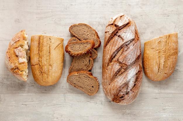 Вид сверху на разные виды хлеба