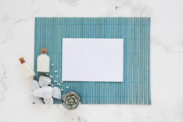 Банные принадлежности на коврике с белым прямоугольником