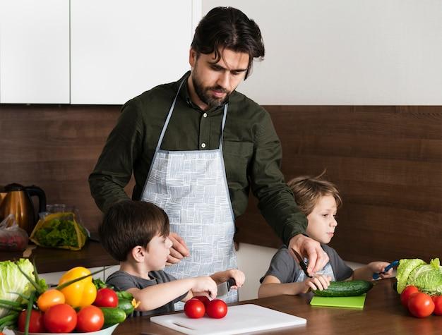Отец с сыновьями на кухне приготовления
