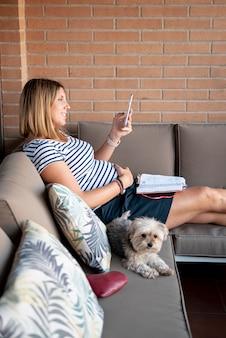 ソファに座ってサイドビュー幸せな女