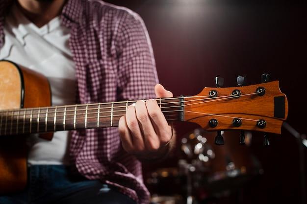 Крупный план акустической гитары гриф со струнами