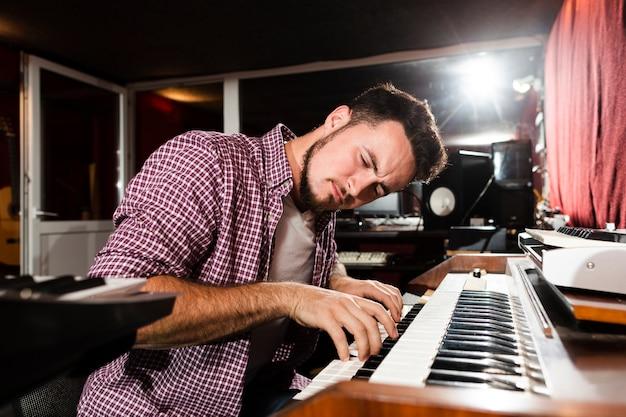 Человек играет на клавиатуре и чувствует музыку