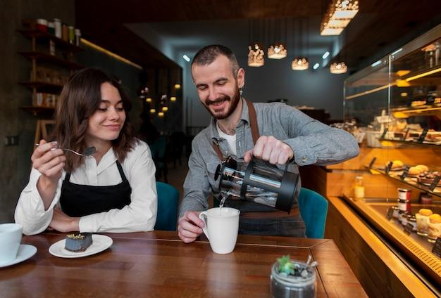 Вид спереди деловые партнеры пьют кофе